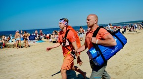 Men carrying a LIV LINE bag at the beach of Tylösand, Sweden.